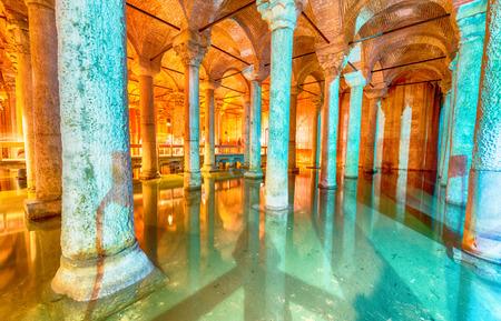 aljibe: La Cisterna Basílica - subterráneo Depósito de agua construido por el emperador Justiniano en el siglo sexto, Estambul, Turquía. Editorial