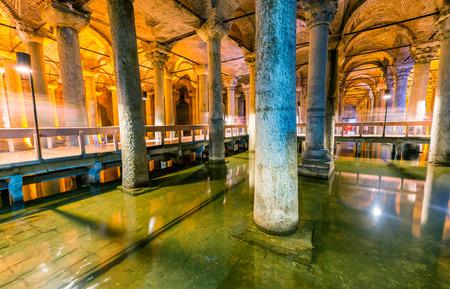 """aljibe: La Cisterna Basílica ( """"Palacio Hundido"""", o """"Hundido Cisterna""""), es la mayor de las antiguas cisternas que se encuentran debajo de Estambul. Editorial"""