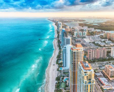 Horizonte de Miami Beach, vista aérea al atardecer.