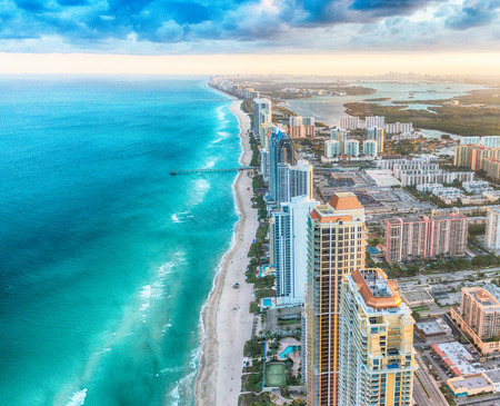 Skyline van Miami Beach, bovenaanzicht in de schemering. Stockfoto