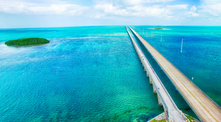 route: Overseas Highway vue aérienne sur une belle journée ensoleillée, en Floride.