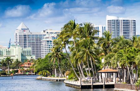 フロリダ州、フォートローダーデール運河沿いの建物。