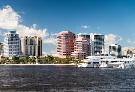 ウェストパームビーチ、フロリダ州。晴れた日に美しいパノラマの街のスカイライン