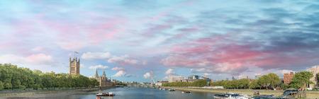 ロンドンのテムズ川沿いの日没でスカイライン。