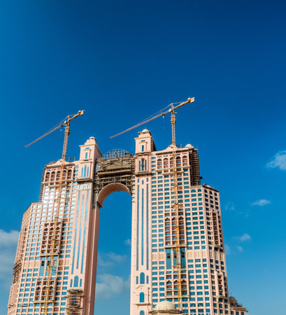 llegar tarde: ABU DHABI, UAE - DICIEMBRE 8, 2016: Fairmont Residence es un complejo de apartamentos de 39 plantas espera que esté terminado a finales de 2016.