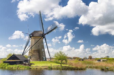 molino de agua: Histórico molinos de viento holandeses cerca de Rotterdam.