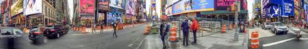 뉴욕 시티 -10 월 20 일 : 관광객 타임스 스퀘어를 방문하십시오. 뉴욕은 매년 5 천만 명의 사람들을 끌어 모으고 있습니다.