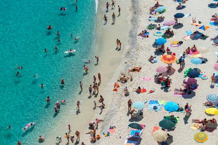 Luchtmening van mensen bij het strand, vakantieconcept.