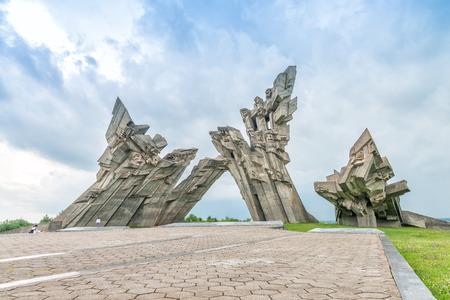 아홉 번째 요새, 파시즘의 피해자에 게 기념물, 카우 나스 - 리투아니아. 스톡 콘텐츠 - 82735762