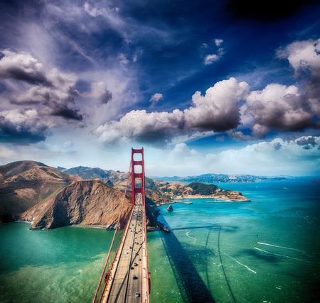 Hoek van de Golden Gate Bridge van helikopter, San Francisco.