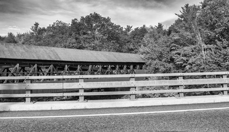 Covered Bridge in New England during foliage season. Banque d'images