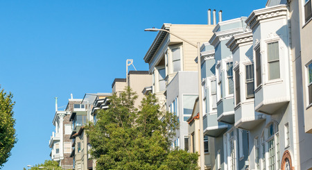Homes of San Francisco on a steep road. Banque d'images