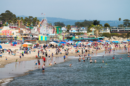 SANTA CRUZ, CA - AUGUST 4, 2017: Amusement park on the beach. This is a famous tourist attraction in California. Фото со стока - 86718749
