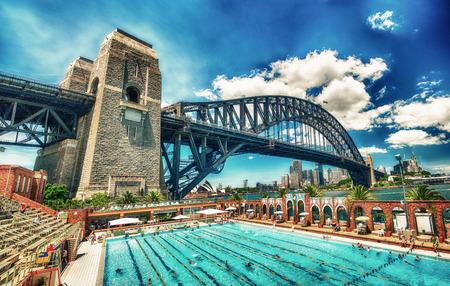 SYDNEY - OCTOBRE 2015: Sydney Harbour Bridge. Sydney attire 30 millions de personnes chaque année. Éditoriale