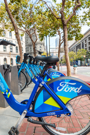 SAN FRANCISCO, USA - 6. AUGUST 2017: Bucht-Bereich-Fahrradanteilstation in San Francisco, USA. BABS startete im Jahr 2013, hat 70 Stationen und 700 Fahrräder. Standard-Bild - 87145586