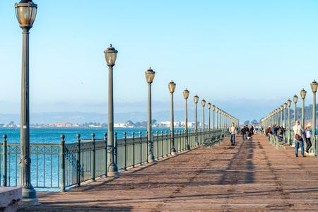 샌 프란 시스 코 -2 월 6 일 : 관광객 Embarcadero 부두에. 이 도시는 매년 2 천만 명의 사람들을 끌어 모으고 있습니다.