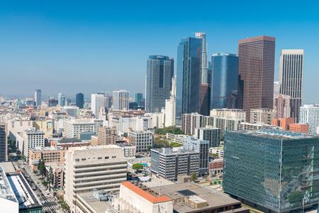 LOS ANGELES - 28. JULI 2017: Im Stadtzentrum gelegene Wolkenkratzer an einem sonnigen Tag. Los Angeles ist oft durch seine Initialen LA bekannt.