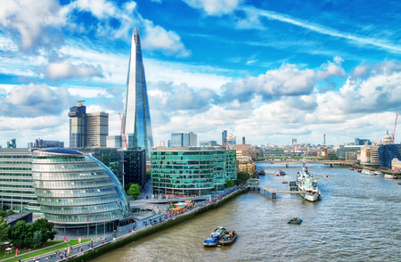 London modern skyline along river Thames on a beautiful sunny day. Banque d'images