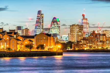 Canary Wharf night skyline with Thames river reflections, London - UK. Banque d'images