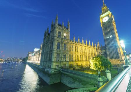 LONDRES - JUNHO DE 2015: turistas ao longo da ponte de Westminster durante a noite. Londres atrai anualmente 30 milh