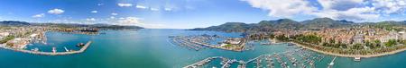 La Spezia, Italia. Vista panoramica del porto e skyline della città in una giornata di sole.