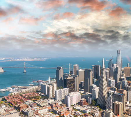 Aerial view of San Francisco skyline on a beautiful sunny summer day. 스톡 콘텐츠