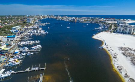Destin 스카이 라인 및 해변, 플로리다의 공중 전망. 스톡 콘텐츠