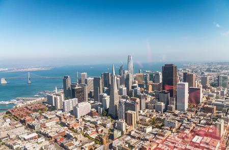 Luchtfoto van de skyline van San Francisco op een mooie zonnige zomerdag.
