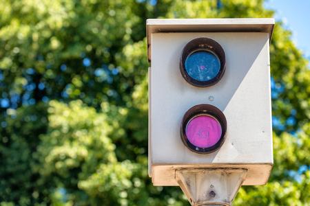 田舎道のスピードカメラ。セキュリティとトラフィックの概念。