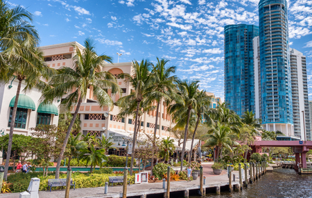 FORT LAUDERDALE, FL - FEBRUARY 29, 2016: Beautiful homes along city canals. Fort Lauderdale is a famous tourist attraction in Florida. 版權商用圖片 - 97261630