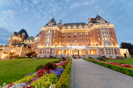 VICTORIA, CANADA - AUGUST 14, 2017: The Empress Hotel on a beautiful summer evening. Victoria is a popular destination in Vancouver Island. Éditoriale