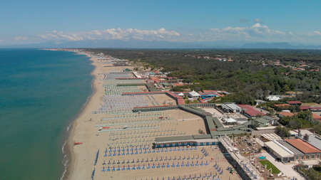 Aerial view of Beach Umbrellas and Chairs. 스톡 콘텐츠