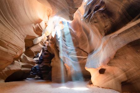 Upper Antelope Canyon met lichtstralen die door zandstof filteren.