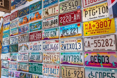 Seligman, Az - 29 juni, 2018: Oude auto platen bekleed op een muur. Seligman is een beroemde stad langs de historische Route 66.
