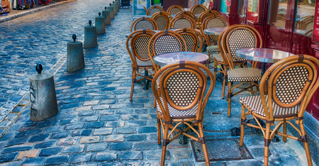 PARIS, FRANCE - DECEMBER 2012: Tourists visit Montmartre art district. The city attracts 40 million people every year. 報道画像