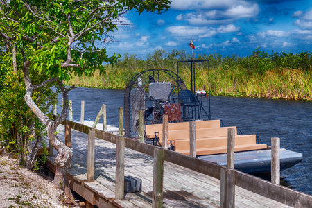 Everglades ariboat ready for exploration tour. Imagens
