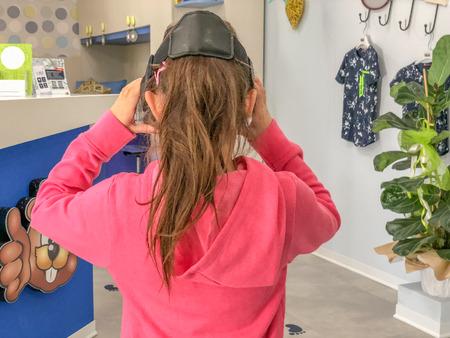 Child with VR visor choosing bedroom with virtual reality app. Фото со стока - 118586392