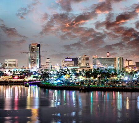 San Diego in der Abenddämmerung, Blick vom Hafen der Stadt.