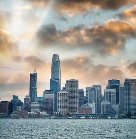 San Francisco, California. Panoramic sunset view of Downtown skyline. Stockfoto
