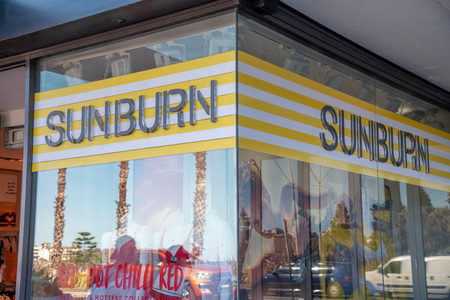 BONDI BEACH, AUSTRALIA - AUGUST 18, 2018: Sunburn shop in city center. The city is a famous attraction for local and tourists. Фото со стока - 122972235