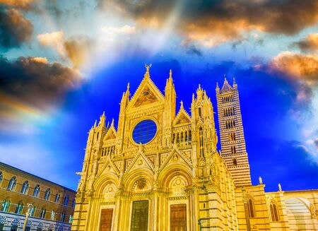 Cathedral of Siena at sunset, Tuscany - Italy. 免版税图像