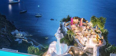 Restaurantterras boven de oceaan 's nachts. Luxe en vakantieconcept. Stockfoto