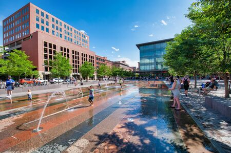 DENVER, CO - JULY 3, 2019: Union Station square and fountains on a beautiful summer day. Denver is the main city of Colorado. Banque d'images