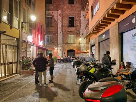 PISA, ITALY - SEPTEMBER 27, 2019: City streets with tourists at night. Zdjęcie Seryjne