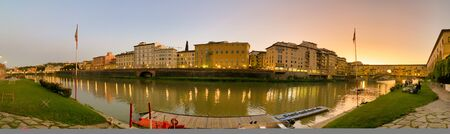 Old Bridge and Florence Lungarni at night. Panoramic cityscape of Firenze in Autumn, Tuscany - Italy 스톡 콘텐츠