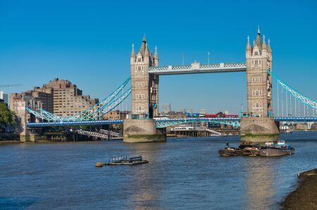Leistungsstarke Struktur der Tower Bridge in London. Standard-Bild
