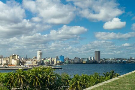 Panoramic view of Havana buildings along the water on a sunny day, Cuba. Standard-Bild