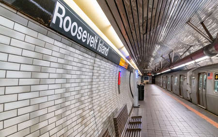 NEW YORK CITY - DECEMBER 4, 2018: Roosevelt Island Subway Station Interior with train Publikacyjne