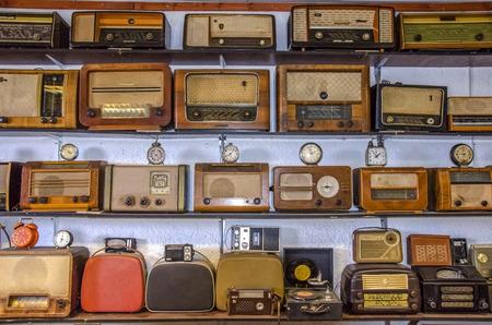 ビンテージ ラジオと時計 写真素材