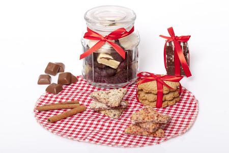 manjar: chocolate y una galleta como una delicadeza y decoraciones